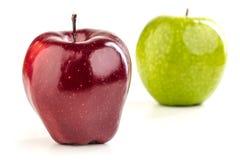 在白色背景的成熟红色,黄色苹果 库存图片