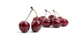 在白色背景的成熟,水多的樱桃 免版税图库摄影