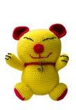 在白色背景的手工制造钩针编织黄色猫玩偶 免版税图库摄影