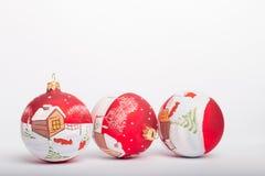 在白色背景的手画圣诞节球 免版税库存图片