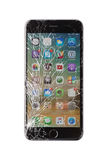 在白色背景的损坏的iphone 库存照片