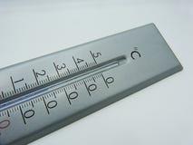 在白色背景的摄氏度校准的温度计 免版税库存图片