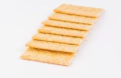 在白色背景的新鲜的有组织的整体五谷薄脆饼干 免版税库存图片