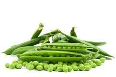 在白色背景的新鲜的甜绿豆荚 免版税图库摄影