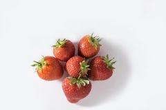 在白色背景的新鲜的红色草莓 图库摄影