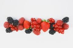在白色背景的新鲜的莓果 免版税库存照片