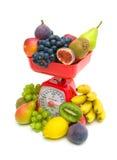 在白色背景的新鲜水果和厨房标度 库存图片