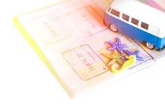 在白色背景的旅行概念 旅行plannig 护照,海星,贝壳,拖车 看板卡指南针闪亮指示准备小的望远镜旅行 行程的时刻 库存图片