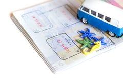 在白色背景的旅行概念 旅行plannig 护照,海星,贝壳,拖车 看板卡指南针闪亮指示准备小的望远镜旅行 行程的时刻 图库摄影