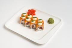 在白色背景的日本食物卷maki 库存照片