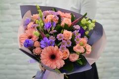 在白色背景的时髦的桃红色花束 免版税库存图片
