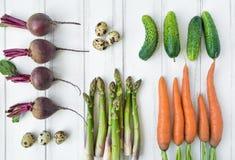 在白色背景的明亮的菜 沙拉的健康食物 平的位置,顶视图,看法从上面 免版税库存图片