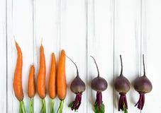 在白色背景的明亮的菜 沙拉的健康食物 平的位置,顶视图,看法从上面 图库摄影