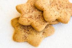 在白色背景的星状shugar曲奇饼特写镜头 免版税库存照片