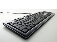 在白色背景的普通黑现代键盘 免版税库存照片