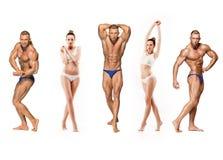 在白色背景的有吸引力的男性身体建造者 库存照片