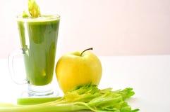 在白色背景的有机苹果和芹菜汁 免版税库存照片
