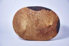 在白色背景的木斩肉板 免版税库存照片