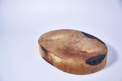 在白色背景的木斩肉板 免版税库存图片