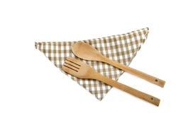 在白色的木炊事用具和餐巾 库存照片