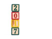 在白色背景的木立方体withnew年2017年 免版税库存图片