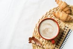 在白色背景的杯coffe和酥皮点心 免版税库存图片