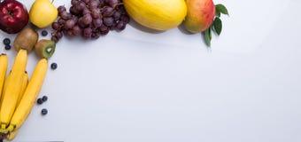 在白色背景的果子框架 库存照片