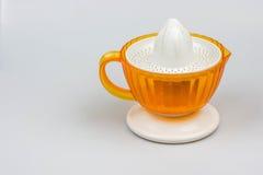 在白色背景的柑橘榨汁器 库存图片