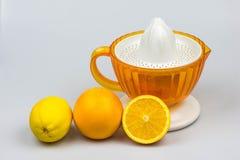 在白色背景的柑橘榨汁器 免版税库存照片