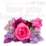 在白色背景的桃红色罗斯和Statice花 库存图片