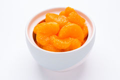 在白色背景的橘子在碗 免版税库存图片