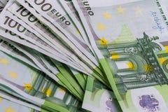 在白色背景的欧元钞票数百欧元细节 免版税库存照片