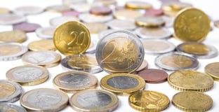 在白色背景的欧洲硬币 免版税库存照片