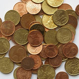 在白色背景的欧洲硬币 库存照片