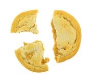 在白色背景的残破的大块的花生酱曲奇饼 免版税图库摄影