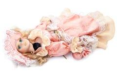 在白色背景的残破的玩偶 免版税库存照片