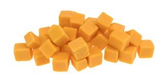 在白色背景的求立方的味淡的切达干酪 免版税图库摄影