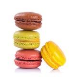 在白色背景的法国蛋白杏仁饼干 免版税库存照片