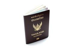 在白色背景的泰国护照 被隔绝的泰国舞步 库存图片