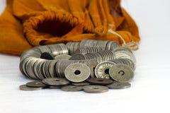 在白色背景的泰国硬币 免版税库存照片