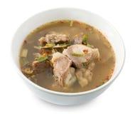 在白色背景的泰国辣牛肉内脏汤 库存照片