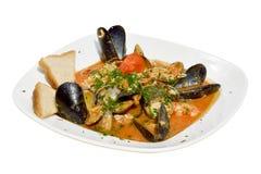 在白色背景的淡菜和蛤蜊汤 库存图片