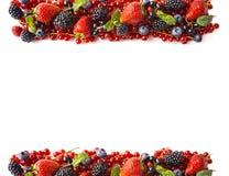 在白色背景的混合莓果 成熟红浆果,草莓,黑莓,蓝莓,在白色背景的黑醋栗 免版税库存图片