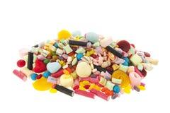 在白色背景的混杂的五颜六色的糖果 图库摄影