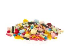 在白色背景的混杂的五颜六色的糖果 库存图片