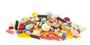 在白色背景的混杂的五颜六色的糖果 免版税库存图片