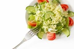 在白色背景的清淡的夏天沙拉 免版税库存照片