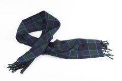 在白色背景的温暖的绿色蓝色羊毛围巾 免版税库存照片