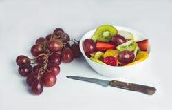 在白色背景的热带水果沙拉 库存照片