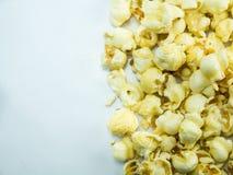 在白色背景的焦糖玉米花 库存图片